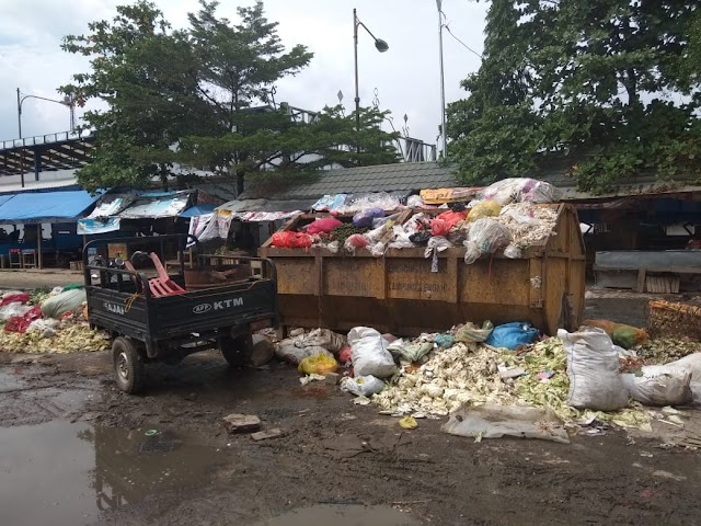 Pedagang Keluhkan Menumpuknya Sampah di Pasar Bandarjaya