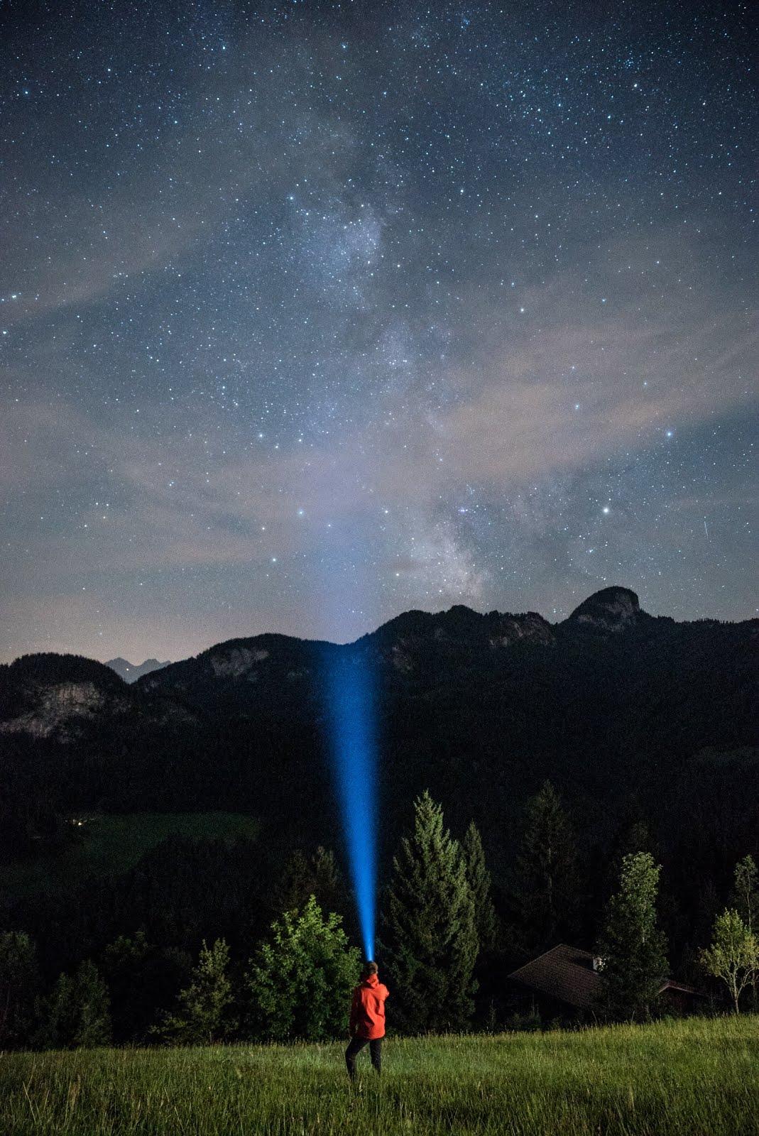 خلفية السماء الساطعة و البحث عن الحقيقة - خلفيات ايفون فضاء