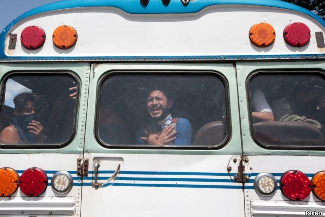 Universitarios reaccionan después de ser liberados de la Iglesia Católica Divina de la Misericordia, donde se refugiaron mientras hombres armados progubernamentales les disparaban en la UNAN / REUTERS