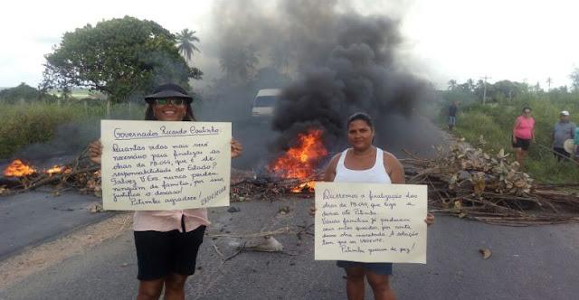 Após acidentes e obra atrasada, população de Pitimbu faz protesto na PB 044 e culpa o governador