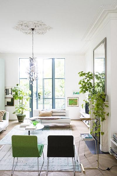 décoration salon design vert et blanc cheminée plantes