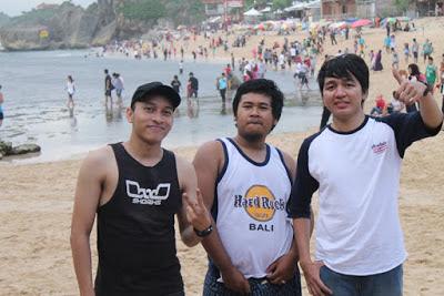 Pantai Indrayanti yang memiliki view menarik dan banyak dikunjungi wisatawan, pantai ini seperti kute nya Jogja
