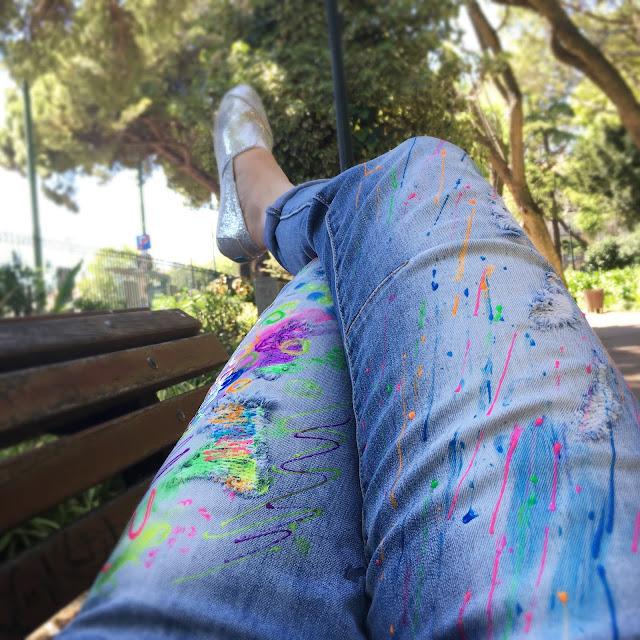kolorowe jeansy, jak malować spodnie farbkami, farby do tkanin wytrzymałość