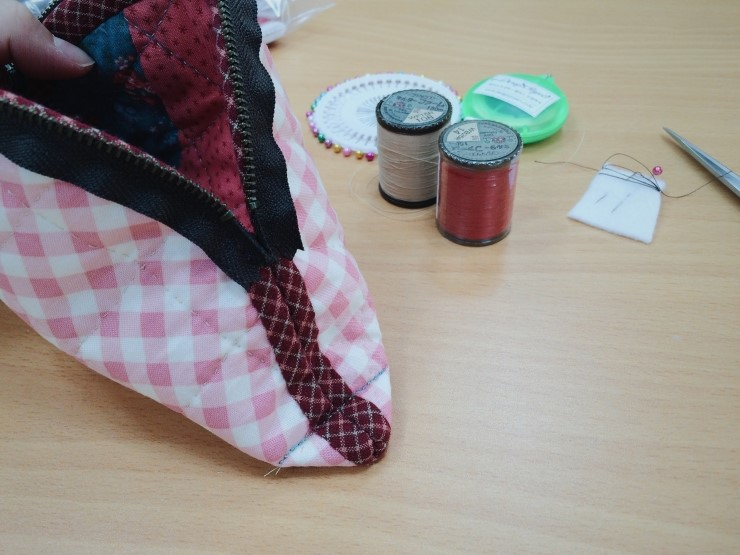 How to make a cute quilted cosmetic zippered bag! Quilting and patchwork. DIY Tutorial.