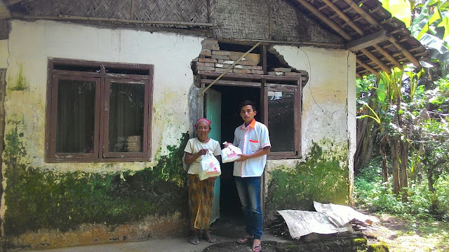 Team Lazismu mengunjungi Nenek Supina