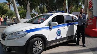 Ο Βαγγέλης μπροστά σε  όχημα της αστυνομίας
