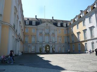 Die Weißgelbe Vorderseite des Barocken Schloss Augustusburg. Rechts und links zwei mächtige Flügelgebäude