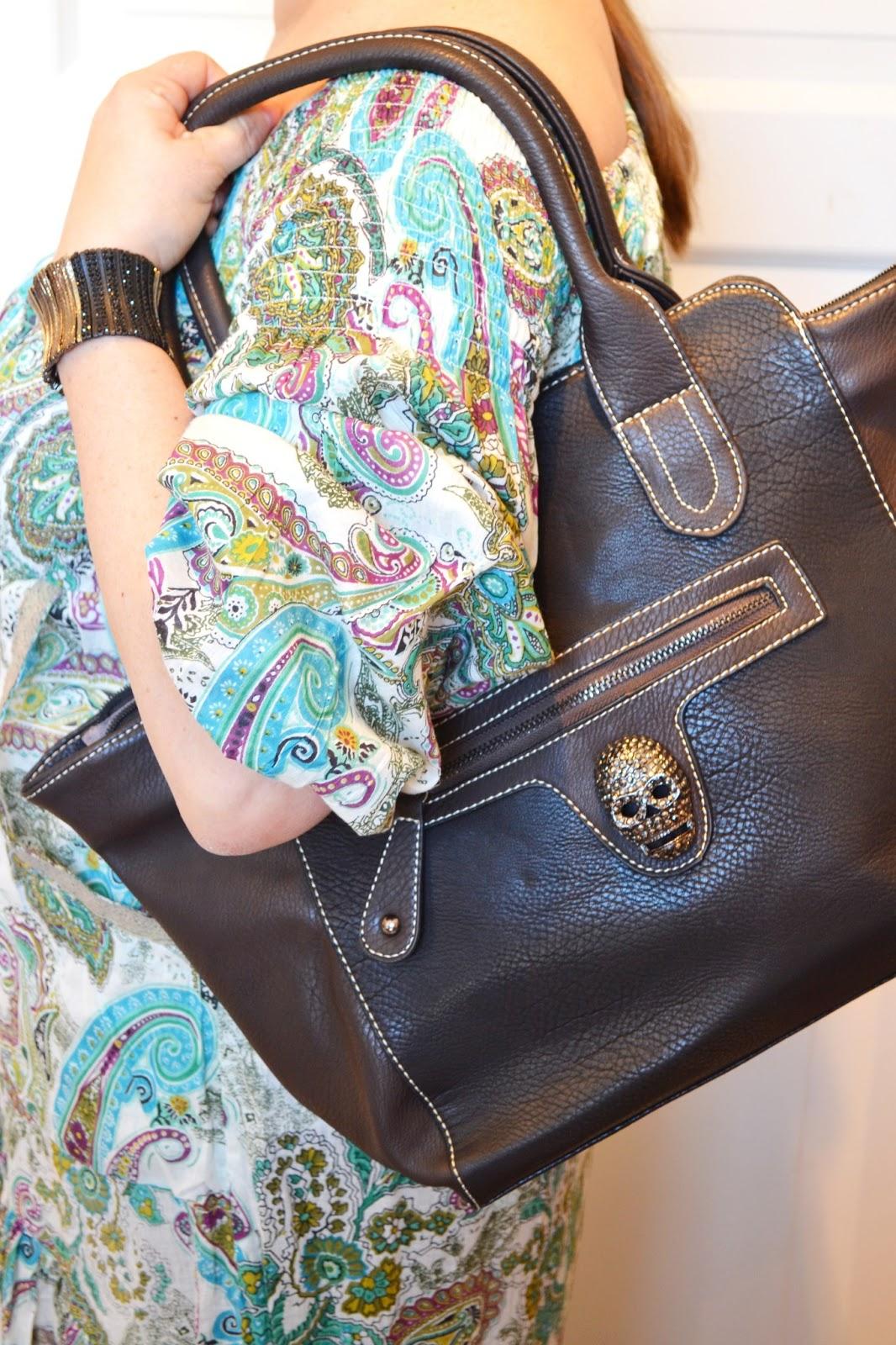 b2e516210faf Väska och armband med lite tuffare detaljer ger outfiten ett lite coolar  intryck. Väskan med döskalledetaljen finns även i ...