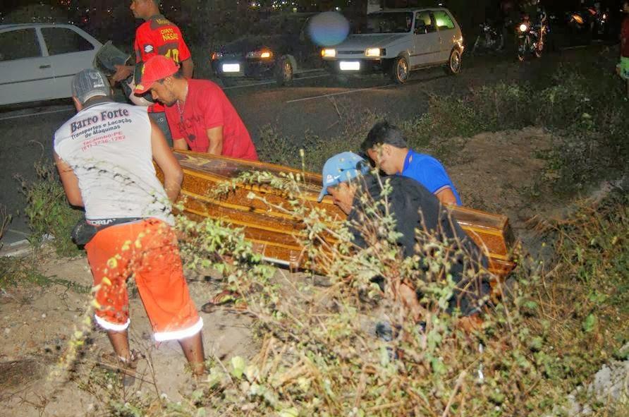 Adolescente de 17 anos morre após colidir moto em poste na