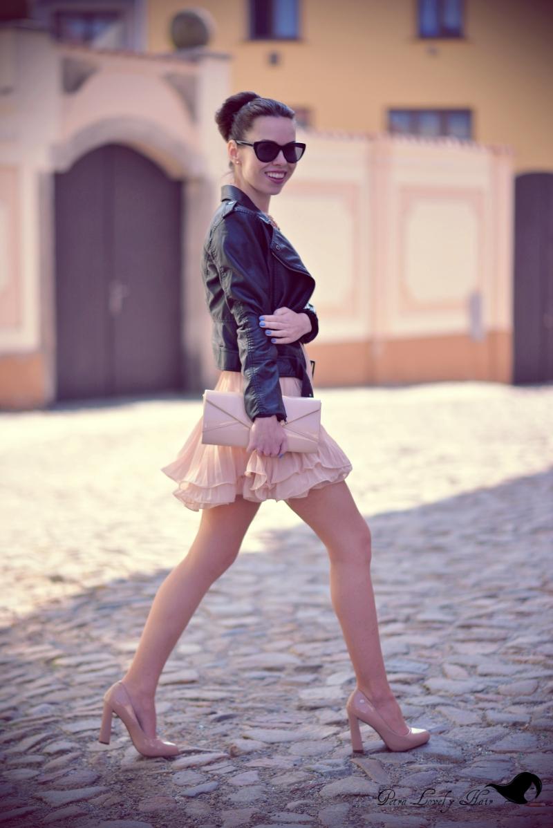 d3783a5587 OOTD - plisované nude šaty a křivák + jak a proč nosit tělové ...
