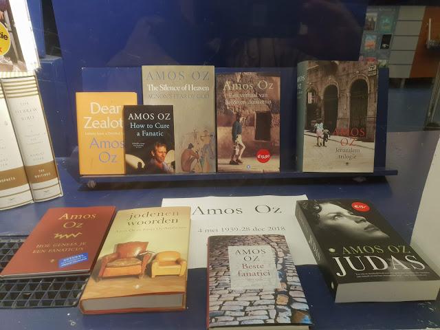 פינת עמוס עוז בחנות ספרים באמסטרדם
