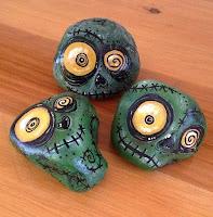 Decoración para Halloween con piedras pintadas zombis