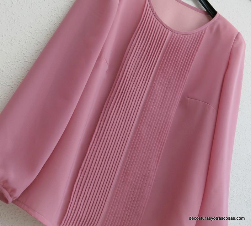 blusa con lorzas o alforjas cosidas