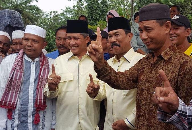 Pasangan Darwis MSi dan H Janmat Sembiring saat mendaftar ke KPU Batubara