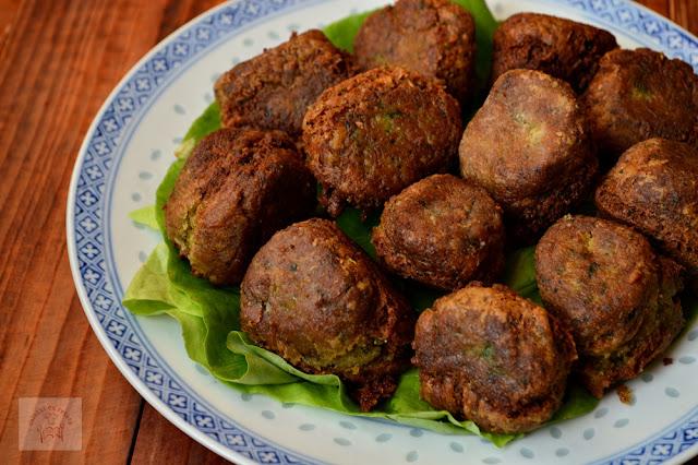 http://www.caietulcuretete.com/2015/12/falafel-chiftele-de-naut.html