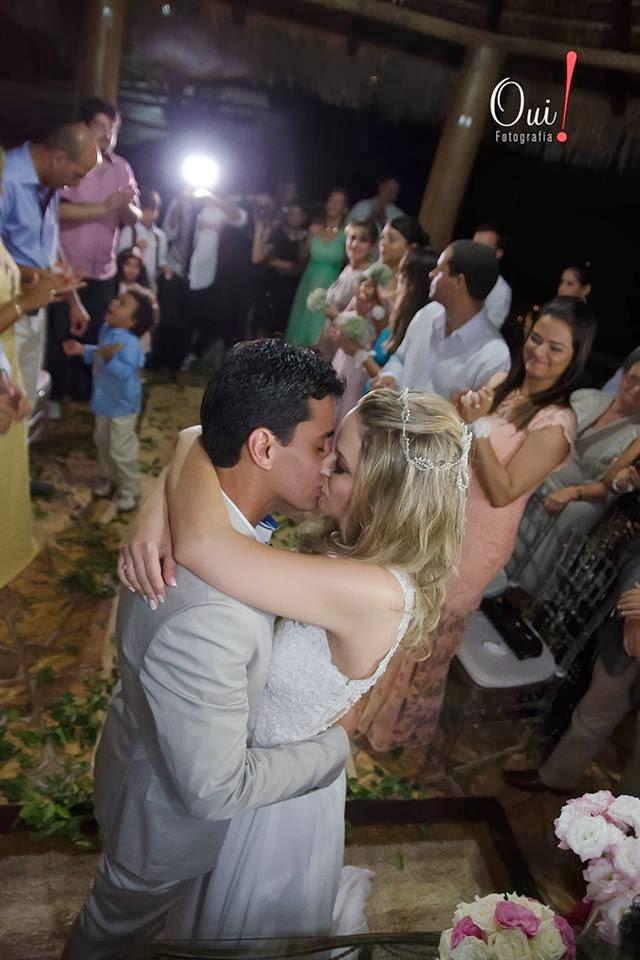 noivos beijando