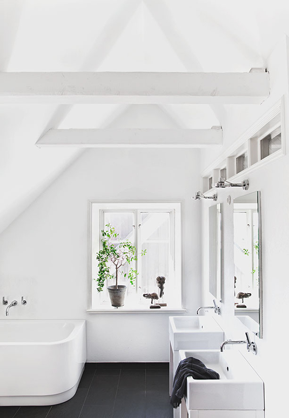All white attic bathroom. Loft Kolasiński