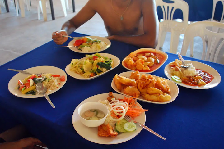 Тайцы всегда едят «по-семейному», заказывая множество блюд