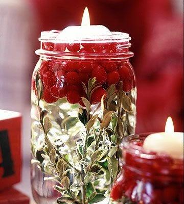 crear un centro de mesa de Navidad con arandanos, hojas secas, agua y vela flotante