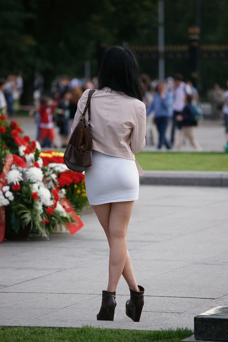 seksa-fotoohotnik-za-devushkami-v-prozrachnih-platyah-siskami-foto