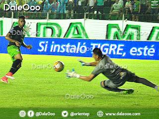 Johny Cano jugador de Oriente Petrolero no puede anotar el segundo tanto para su equipo ante Robles en el mano a mano - DaleOoo