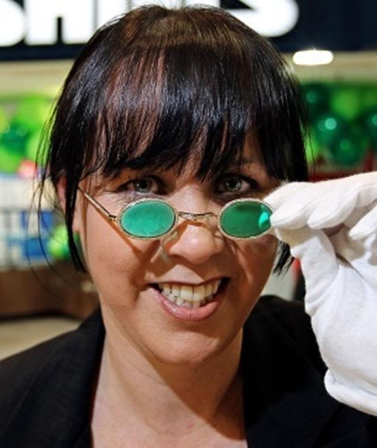 1354b53321b As lentes são de esmeralda e a armação feita em ouro 18K e cravejadas de  diamantes! Ele foi produzido pela joalheria Australiana Shiels ...