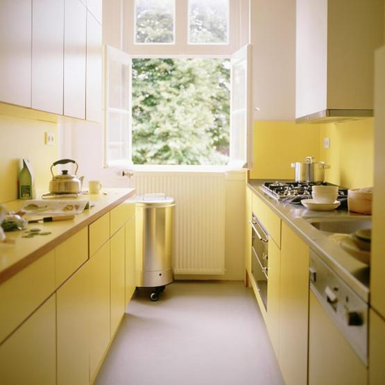 desain dapur kecil minimalis dengan warna kuning cerah dan warna dasar putih