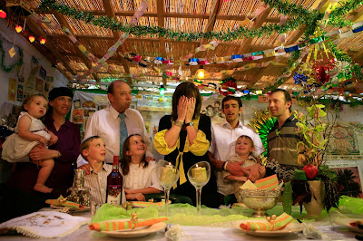 Se palpa ya en el ambiente la emoción de la Festividad de Sucot. La construcción de la Sucá comienza inmediatamente que termina el Día de la Sentencia, más conocido como Iom Kipur. En estos días las actividades cotidianas se retoman y los preparativos para Sucot envuelven a toda la familia.