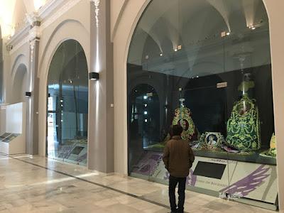 Lorca Museo Paso Blanco admirando los bordados