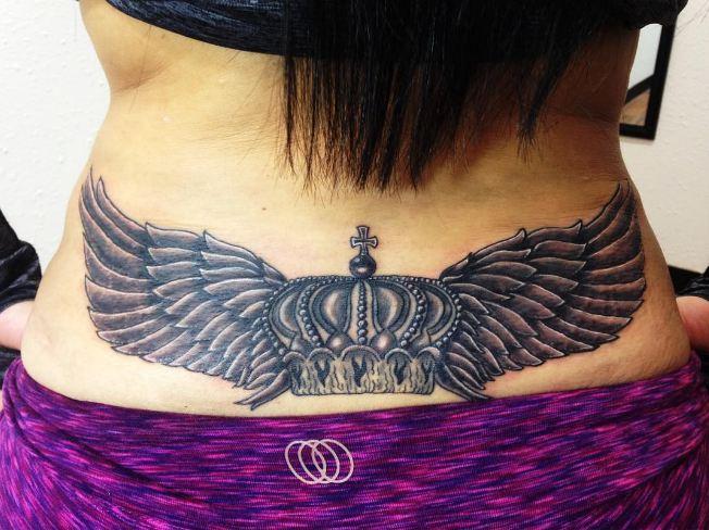 Tatuaje en la baja espalda donde se coloca la epidural