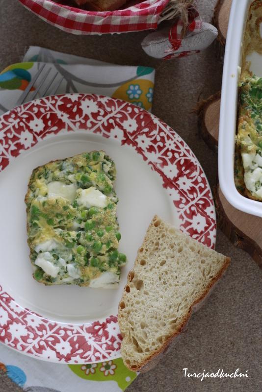 Fritata z groszkiem, zieleniną i serem feta