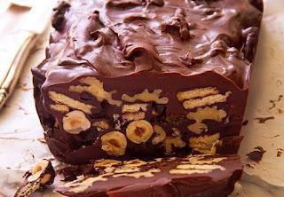 Κορμός σοκολάτας με μπισκότα, ξηρούς καρπούς και σταφίδες