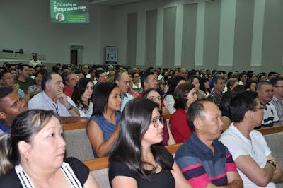 Palestrante do Encontro de Empresários e Lojistas mostra que o Brasil é o país do futuro
