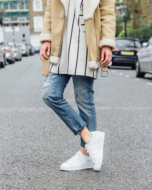 boyfriend jeans, adidas superstar trainers, white trainers, streetstyle, casual chic, striped top, london street style