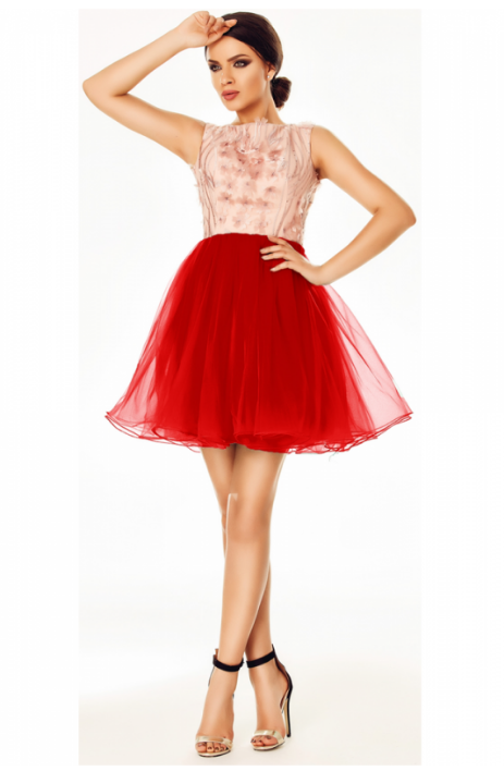 Rochie baby doll in nuante de roz pudra si rosu, cu fusta in clos, confectionata din tul bogat si rafinat, bustul accesorizat, manecile scurte si spatele gol