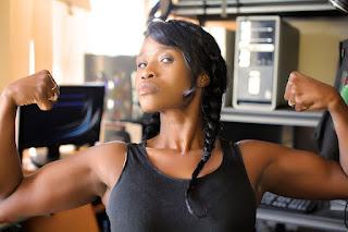 Każdy może zadbać o sylwetkę przez trening 100 pompek, kobiety i mężczyźni kulturyści, workout, ćwiczenia pompki