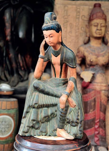 Ở Kiều, ta có thể tìm thấy những hiện vật gốm mộc, chưa tráng men, đến từ nền văn hóa Phùng Nguyên (cách nay hơn 4.000 năm), rồi Đông Sơn (2000 – 2500 năm), Óc Eo… bước qua các niên đại khi nước nhà giành độc lập sau 1.000 năm Bắc thuộc, với các vương triều Lý, Trần, Lê, Nguyễn… đều là những dấu mốc gắn liền với sự hình thành và phát triển vượt bậc của gốm Việt. Tất cả những dòng gốm cổ ấy đều có thể tìm thấy ở chợ Kiều, khi trang trọng trong tủ kính gắn đèn lung linh, hay chỏng chơ nơi gầm tủ.