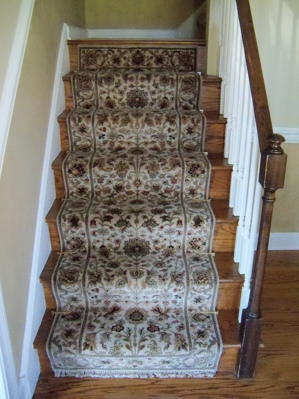 Wonderful Lower Stairway Runner: Centered On Top Riser (which Centers On The Landing  Above.)