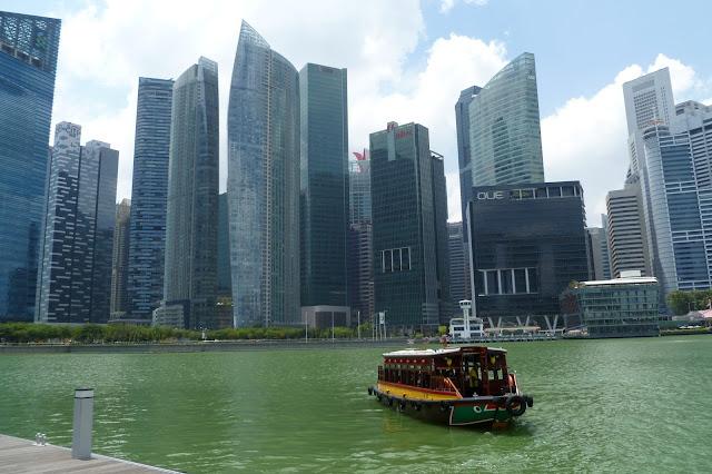 Widok na wieżowce z przystani przy Marina Bay Sands
