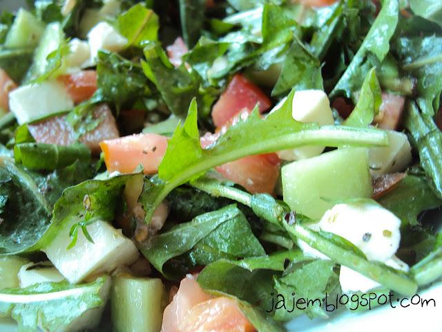 Sałatka z mlecza, warzyw i sera mozzarella