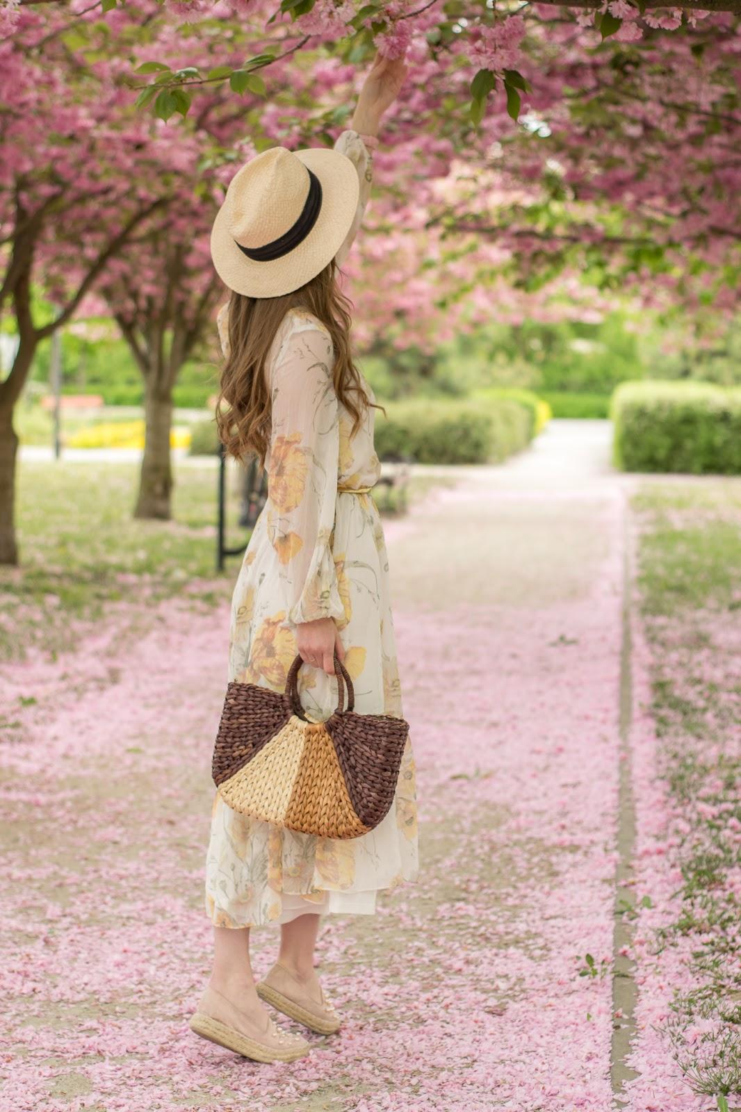 Zwiewna sykienka w romantycznej stylizacji | Różowe drzewa