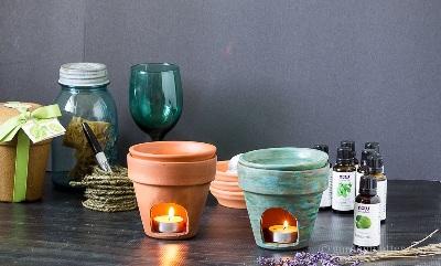 Buat lubang pada pot terra cotta untuk membuat tempat lilin