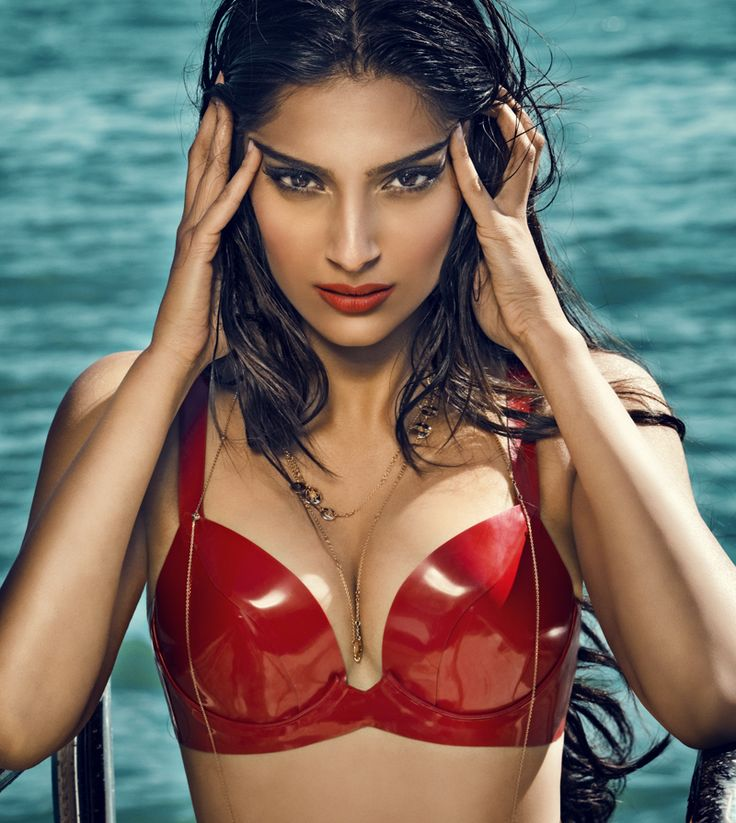 Sonam Kapoor Hot Boobs Show Subscribe Us For More Videos-7492