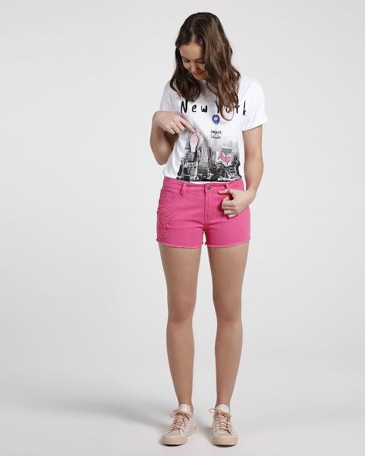 Combine com mom jeans, jaqueta jeans e tênis chunky.