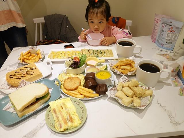 小蘋果在新莊的手在餐桌吃美食~蔬食早午餐、義大利麵、下午茶