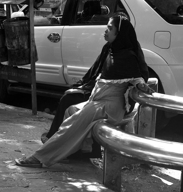 monochrome monday, black and white weekend, black and white, mumbai, india, dn road, street, street photo, street photography,