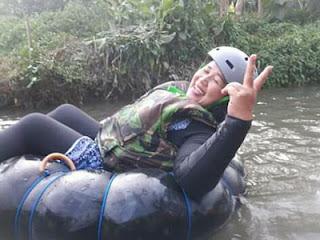 Peace, ekspresi Dewi Soegali saat menikmati River Tubing Sumber Salam, Tajinan