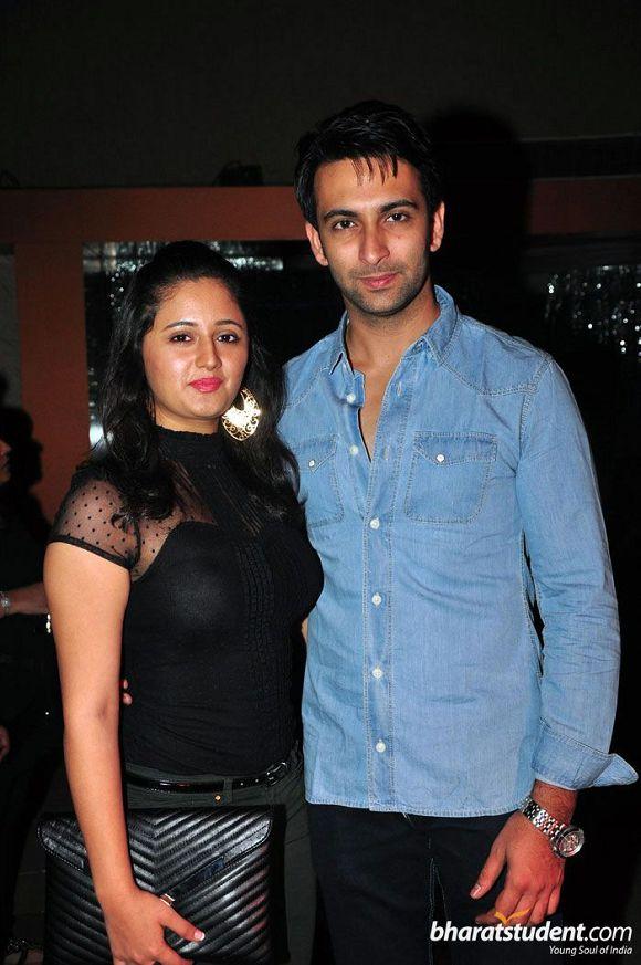 HOT SEXY Rashami Desai and Nandish Sandhu CLEAVAGE