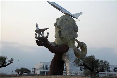 Monument vid Castellóns flygplats uppfört till Carlos Fabras ära. Kostnad: 450.000€