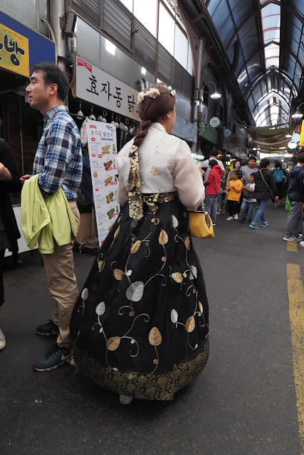 Don't forget to check out beautiful girl in Hanbok during your visit to Tongin Market (통인시장)